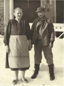 Nils Jonas med maka på sin gård i Vallen