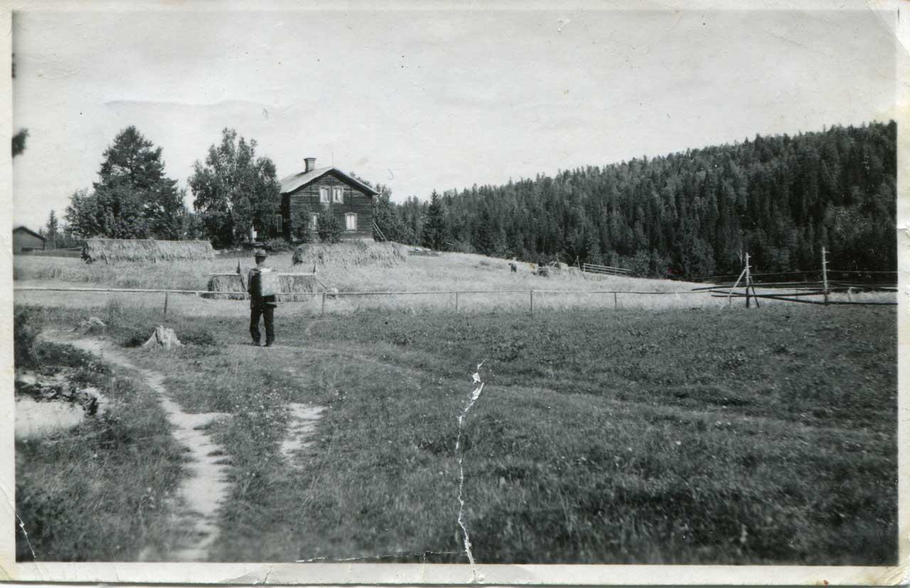 Albin på vandring i byn Mjösjö. I bakgrunden Fängströms gård. Foto: Annagreta Eriksson Häggkvist 1953-54