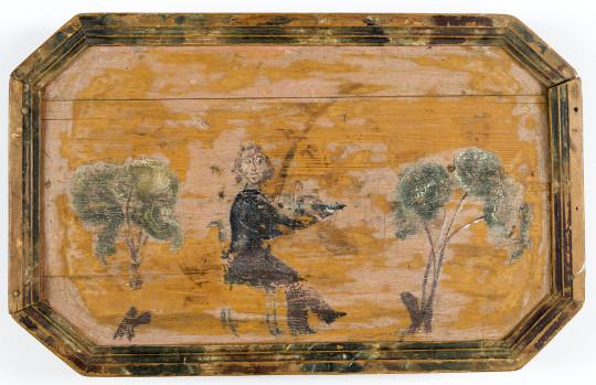 """Inventarienummer: M4891 Sakord: Bricka Material: Trä Teknik: Målat Säljare till museet: N E RITZÉN Brukare - Brukningsort: Sollefteå JUNSELE EDEN Tillverkare - Tillverkningsort - Säker: GULLSELEMÅLAREN Bricka, av trä. Rektangulär med avsmalnande hörn. Profilerad kantlist. Brickan i skärt med tvenne träd och sittande fiolspelare i brunt, grönt och vitt. Kantlisten marmorerad. Undersidan omålad och har tydligen använts som hackbräde. Målad av """"den tokiga Gulselemålarn"""". L. 43,9 cm. Br. 27,6 cm. H (kanten) 2 cm. Eden, Junsele sn, Ångermanland."""